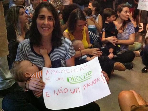 A produtora cultura Flora Assumpção, de 31 anos, segura cartaz durante mamaço no MIS, em SP (Foto: G1)